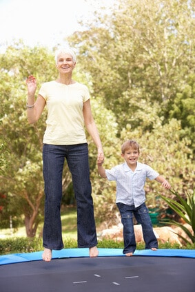 ältere Menschen und Minitrampolin